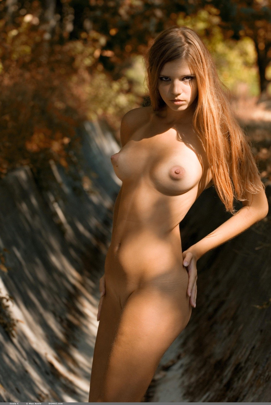 Красавица ходит голая в осеннем парке секс фото