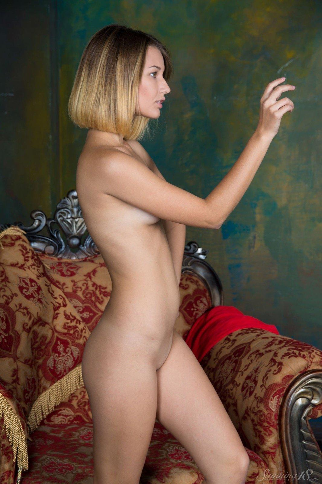 Сняв платье красотка сфотографировала тело сидя в кресле секс фото