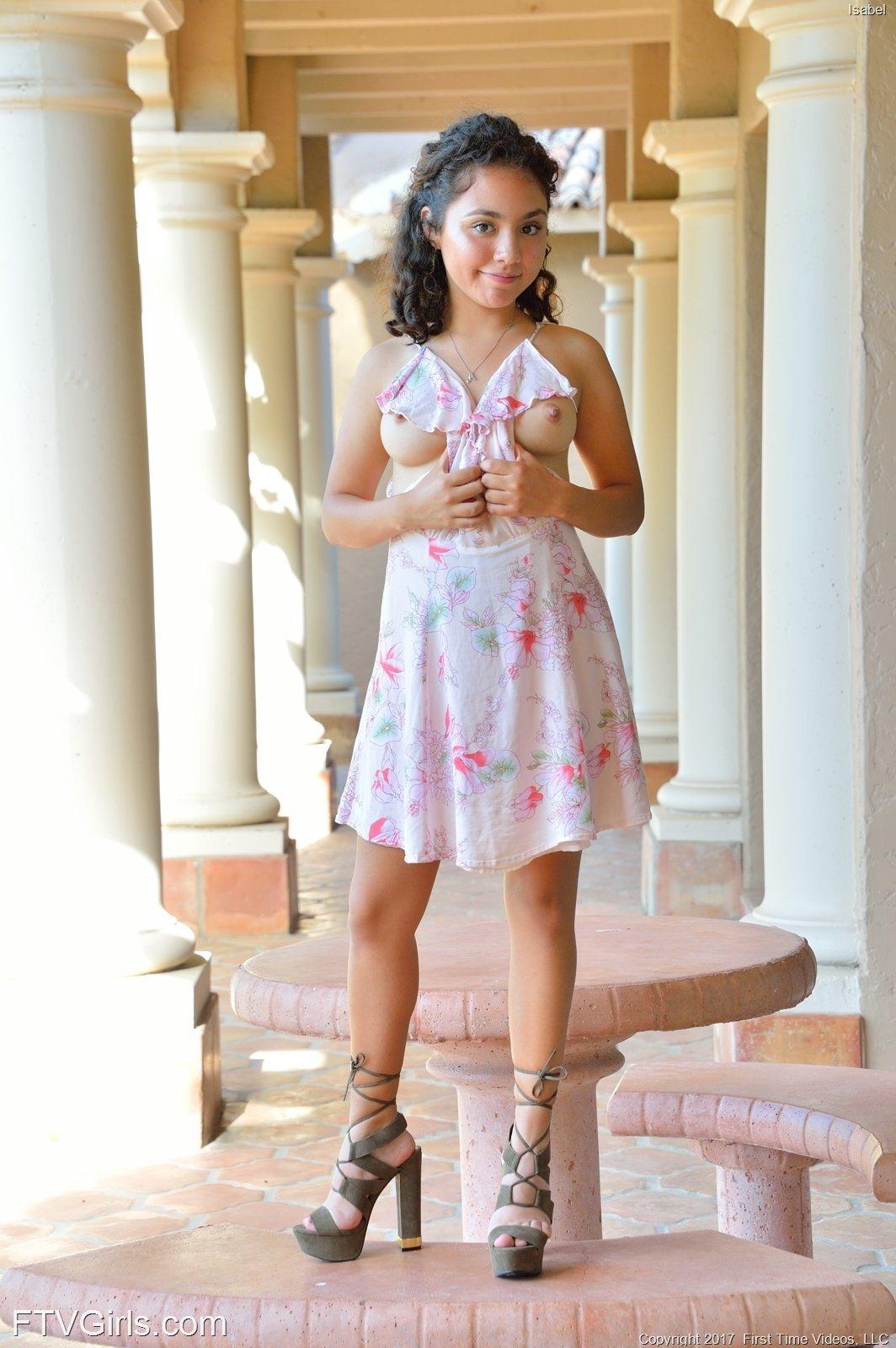 Кучерявая девушка в платье оголяется на улице