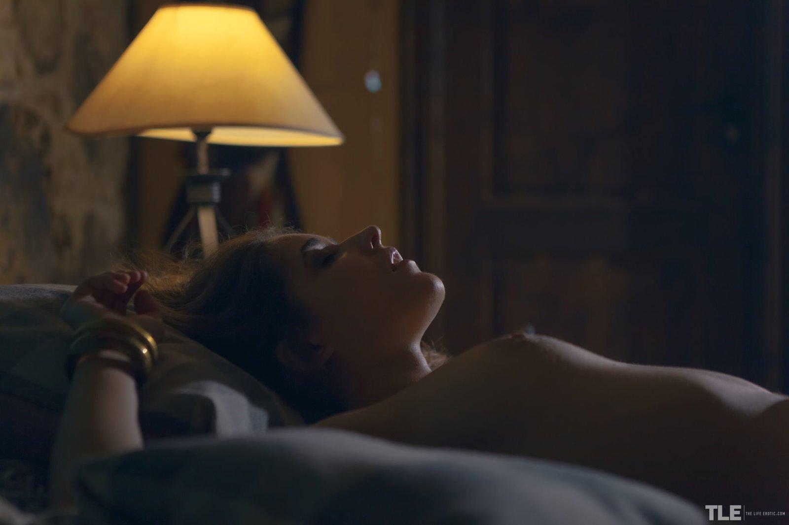 Нежная молодая девка с волосатой писькой в постели