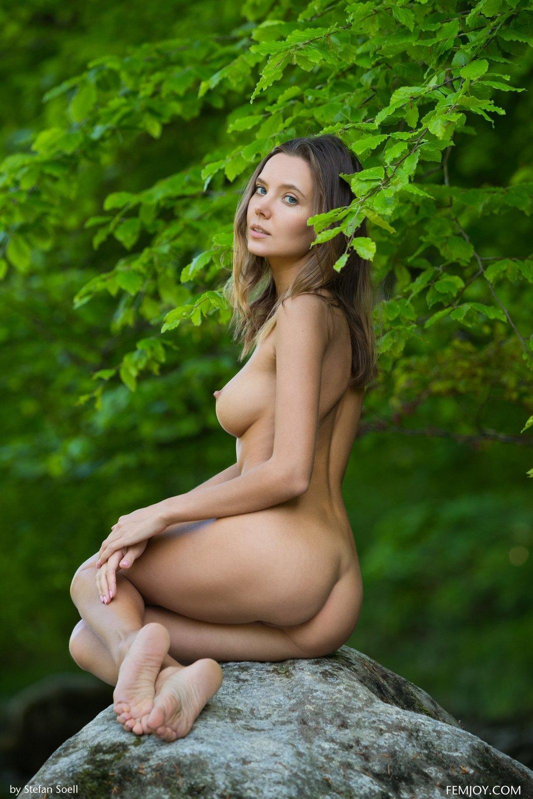 Голая красавица с идеальной упругой грудью у речки