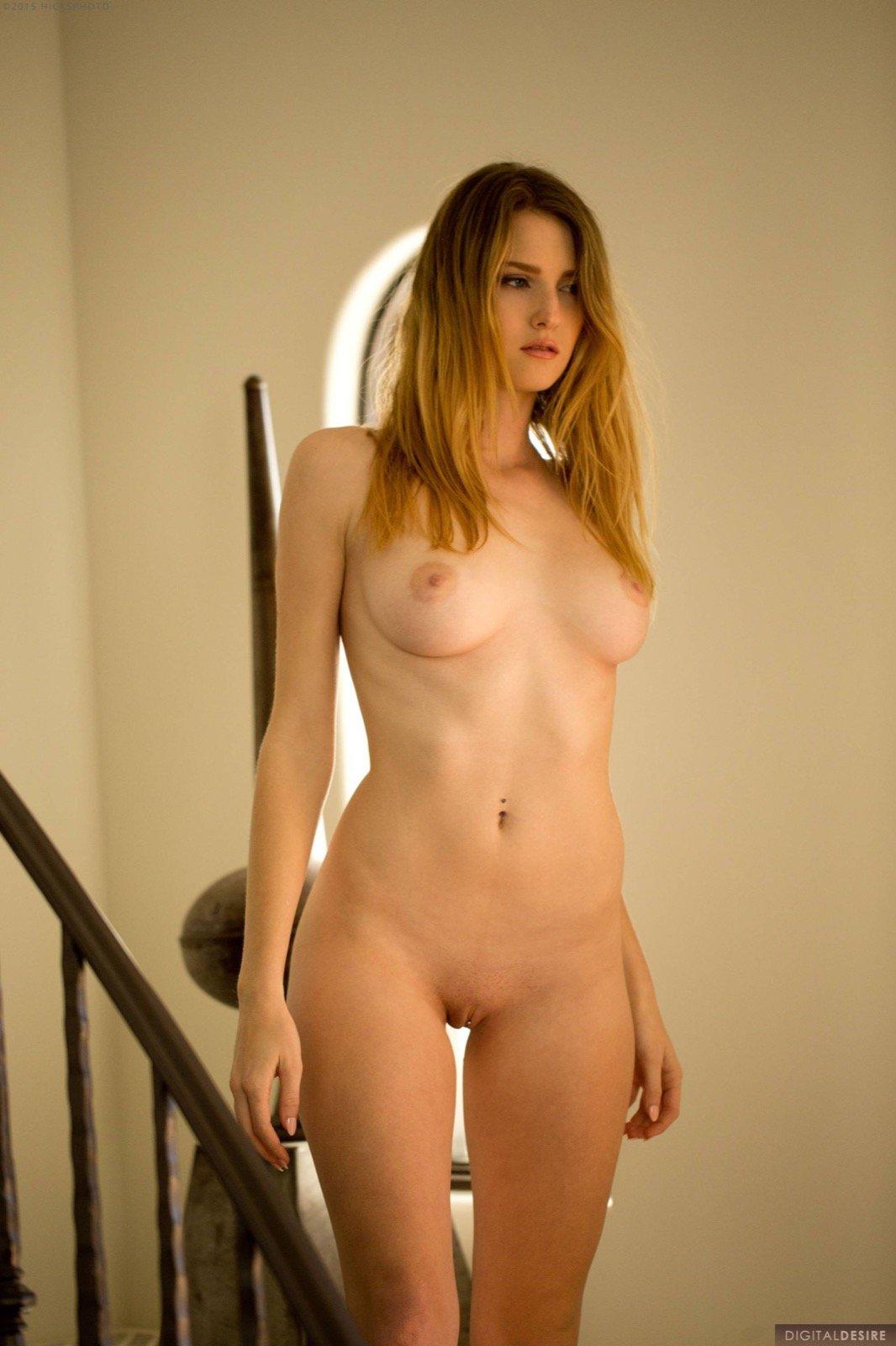 Грудастая красотка сняла майку и трусики на лестнице