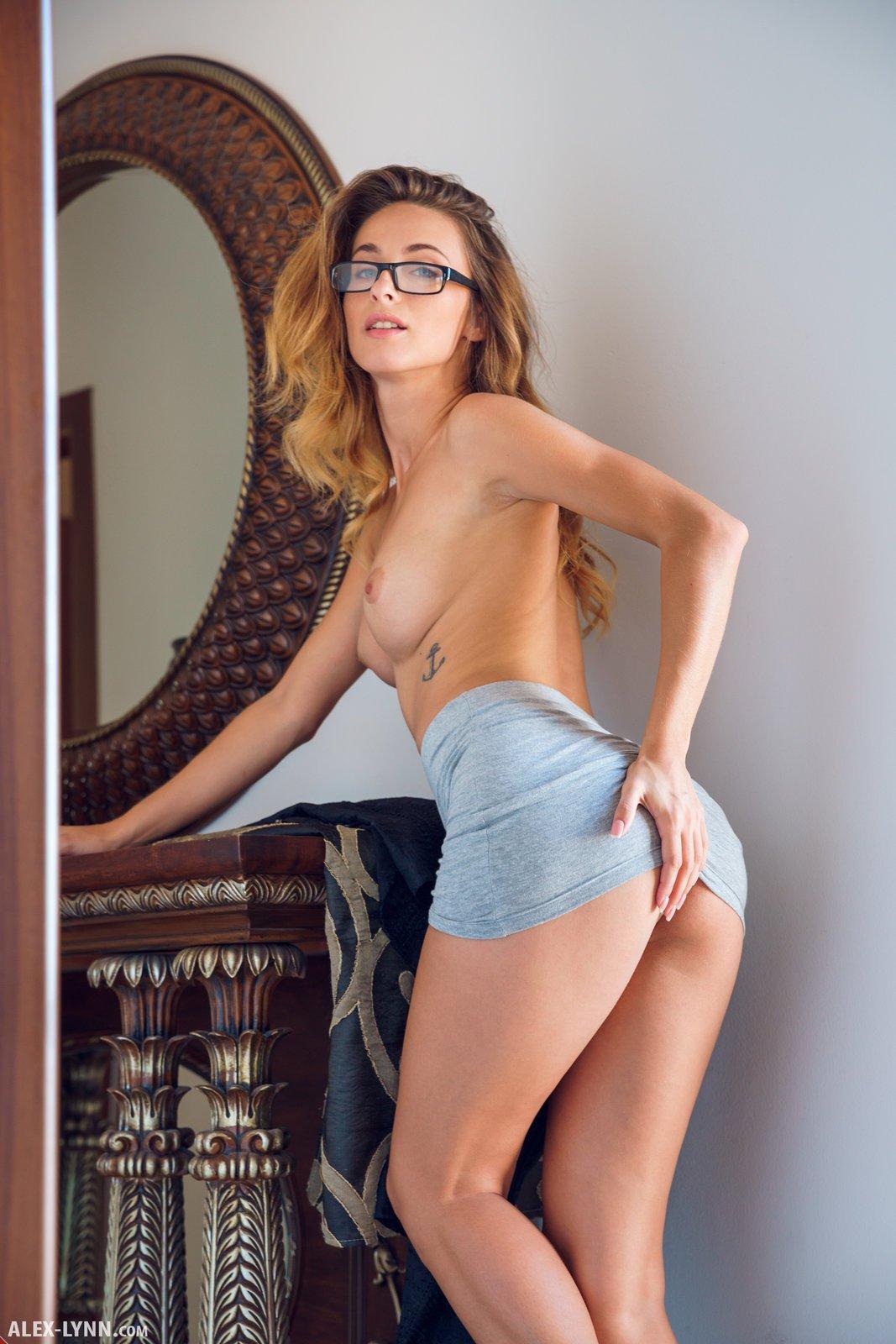 Возбужденная учительница в очках с привлекательным упругим торсом