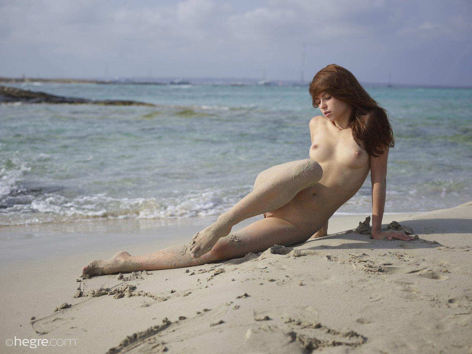 Голая нудистка на пляже перед камерой