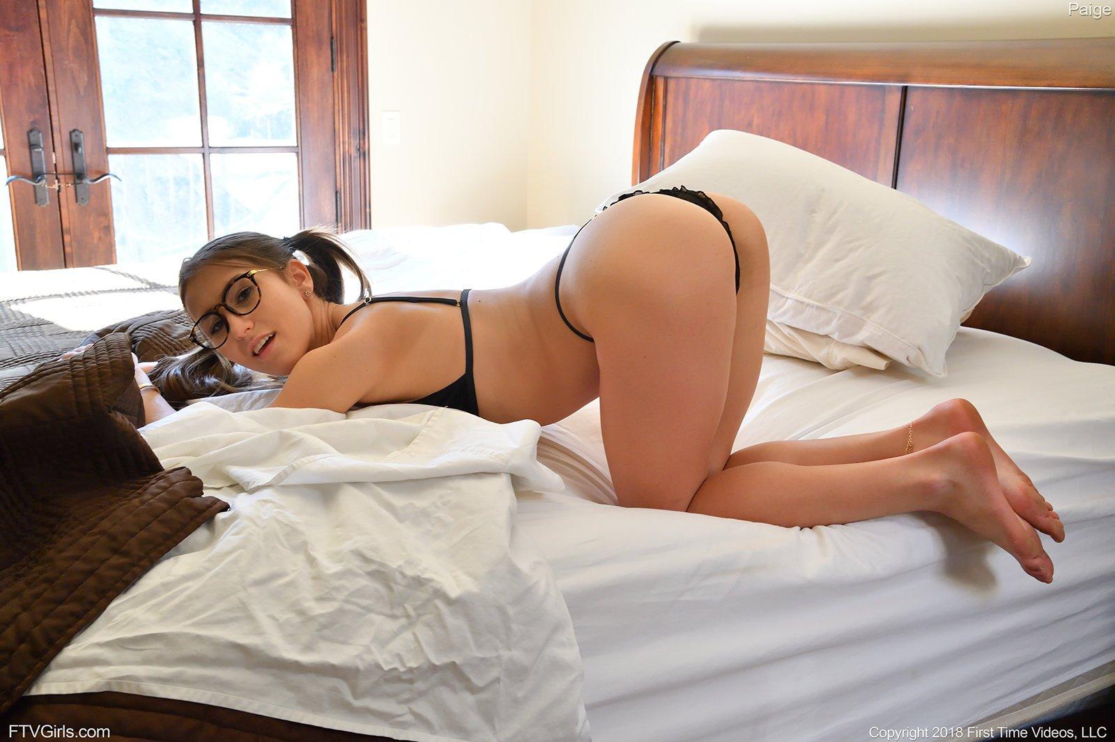 Чувственная тёлка в очках удовлетворяется в спальне