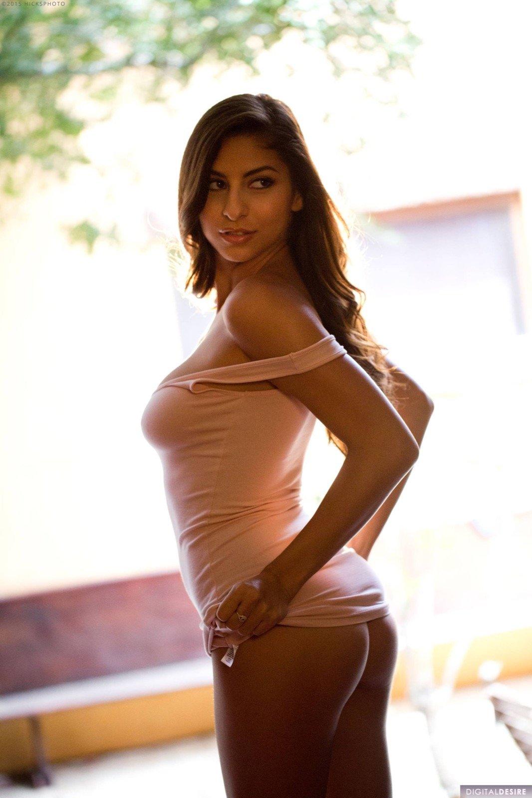 Прекрасная сучка в облегающем платье на голые титьки